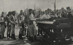 rozdělování oběda při cvičení vojska - Český svět 10.05.1906