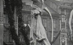 Fantova slavobrána u musea při návštěvě Fr. Josefa. - Český svět 19.04.1907