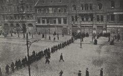 5. listopadu 1905, četníci vyklízejí náměstí - Světozor 24.10.1935